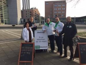 Hans en collega-politici bij de Stemtent in Maastricht, een jarenlange traditie van D66 in Maastricht.