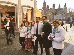 De afgelopen Statenverkiezingen: Alexander Pechtold schiet Leon en zijn team te hulp met flyeren in Maastricht. D66 verdubbelde in Limburg van 2 naar 4 zetels.
